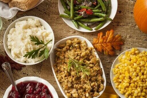 Une photo de nourriture avec des haricots verts, de la salade, de la viande.