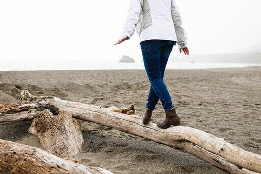 Une personne en équilibre sur un tronc d'arbre